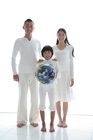 地球儀と親子3人