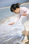 波打ち際で遊ぶ女の子