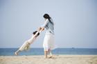 海岸で遊ぶ母と娘