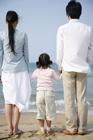 海を見つめる30代家族3人 後姿