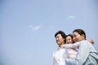 空を見上げる30代家族3人