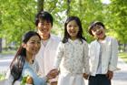 新緑の30代家族4人 ポートレート