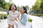 住宅路で笑い合う母と女の子