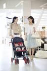 赤ちゃん連れで買物をする30代女性2人