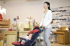 赤ちゃん連れで買物をする30代女性