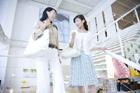 ショッピングを楽しむ30代女性2人
