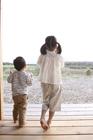 田園を眺める後姿の子供2人
