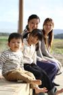 ウッドデッキに座る2組の母親と子供