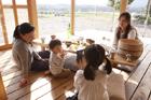 デジタルカメラで和む2組の母親と子供