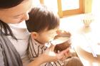 幼児に食事をさせる母親