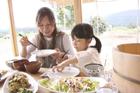 食事をする母親と女の子