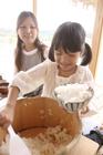 お櫃からご飯を盛る女の子