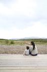 田園風景を望む後姿の母親と男の子