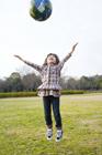公園で地球儀を放り上げる女の子