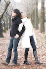 背中合わせの冬服のカップル