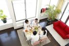 屋内で食事を楽しむ2組のカップル 俯瞰