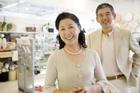 ショッピングするミドル夫婦