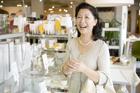 ショッピングするミドル女性