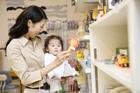 赤ちゃんを抱きショッピングする女性