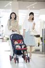 乳母車を押して歩く女性2人