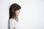 壁にもたれる女性の横顔