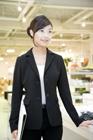 店舗で仕事をする女性