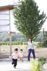 カントリーライフを送る母親と子供2人