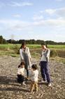 カントリーライフを楽しむ2組の母子