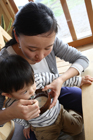 幼児とご飯を食べる母親