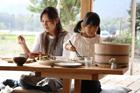 ごはんを食べる女の子と母親