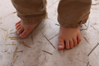 地べたに置いた裸足の足
