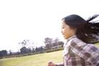 公園を駆ける女の子