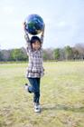 公園で地球儀で遊ぶ女の子